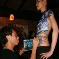 Danny Setiawan doing live body painting